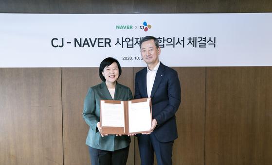 한성숙 네이버 대표(왼쪽)와 최은석 CJ주식회사 경영전략 총괄이 26일 인터컨티넨탈 서울 코엑스 호텔에서 열린 CJ-NAVER 사업 제휴에 합의했다. 사진 CJ그룹