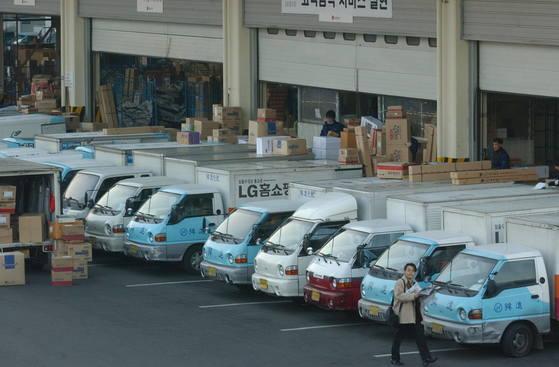 한진택배 차량이 물건을 싣기 위해 대기 중이다 강정현 기자