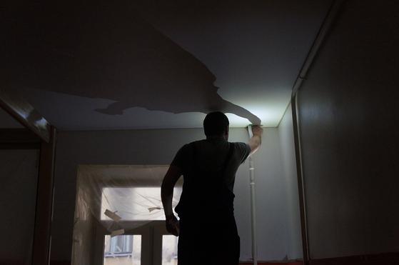 김 씨 집 안방 천장에 물 자국이 생기더니 창문으로 번져 나갔습니다. 김 씨는 윗집 소유자에게 여러 차례 수리를 요청했지만 받아들여지지 않자 법적 대응을 결심했습니다. [사진 needpix]