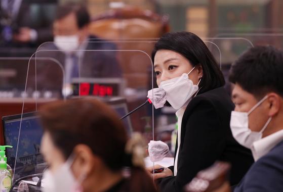 국민의힘 배현진 의원이 지난 15일 국회에서 열린 문화체육관광위원회의 대한체육회 등에 대한 국정감사에서 질의하고 있다. 연합뉴스