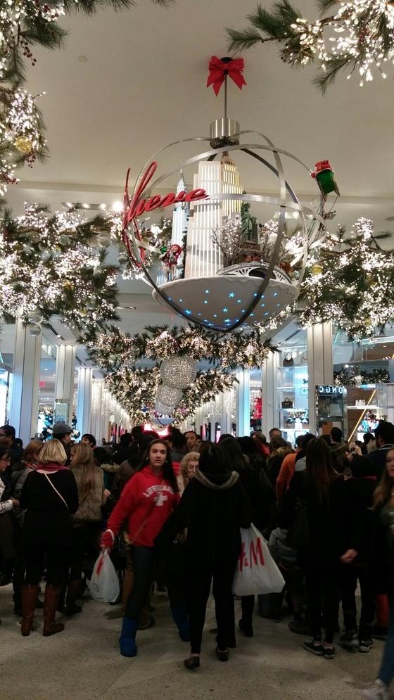 2015년 12월 성탄절을 맞아 쇼핑객들로 붐비는 뉴욕 메이시스 백화점 1층. [중앙포토]
