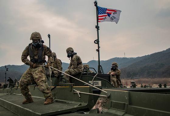 지난해 2월 남한강에서 열린 훈련에서 주한미군 육군 공병대원이 도하를 위한 리본 부교를 놓고 있다.  [사진 미 육군]