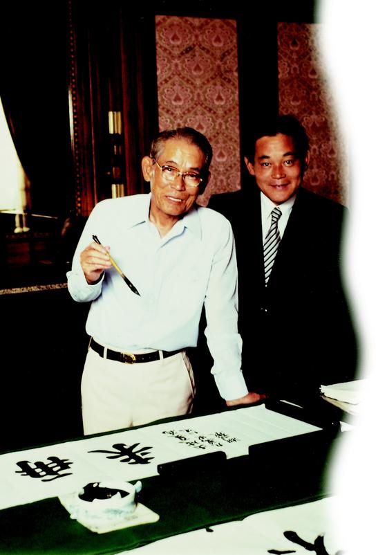 1980년 이병철 삼성 회장(왼쪽)과 이건희 당시 부회장이 서울 태평로 삼성본관 집무실에서 서예를 연습하고 있다. [중앙포토]