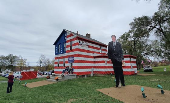 25일(현지시간) 4m 짜리 대형 트럼프 대통령의 사진을 세워놓은 미국 펜실베이니아 서부 라트로브의 '트럼프 하우스'. 방문객들에게 트럼프 모자, 티셔츠 등 기념품을 나눠주며 투표를 독려했다. [김필규 기자]