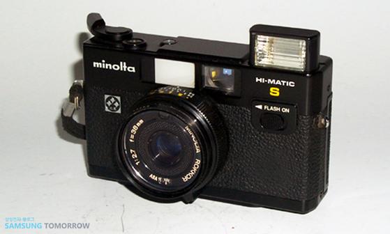 삼성정밀이 1979년 일본 미놀타와 제휴해 만든 하이매틱 S 자동 카메라. 미놀타 로고와 함께 당시 삼성 로고가 붙어 있다. 사진 삼성전자뉴스룸