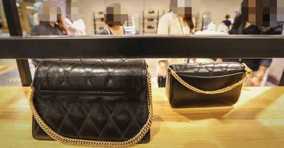 한 백화점 명품 판매처에서 고객들이 명품백을 살펴보고 있다. 이 사진은 기사 내용과 직접적인 관련 없음. 연합뉴스