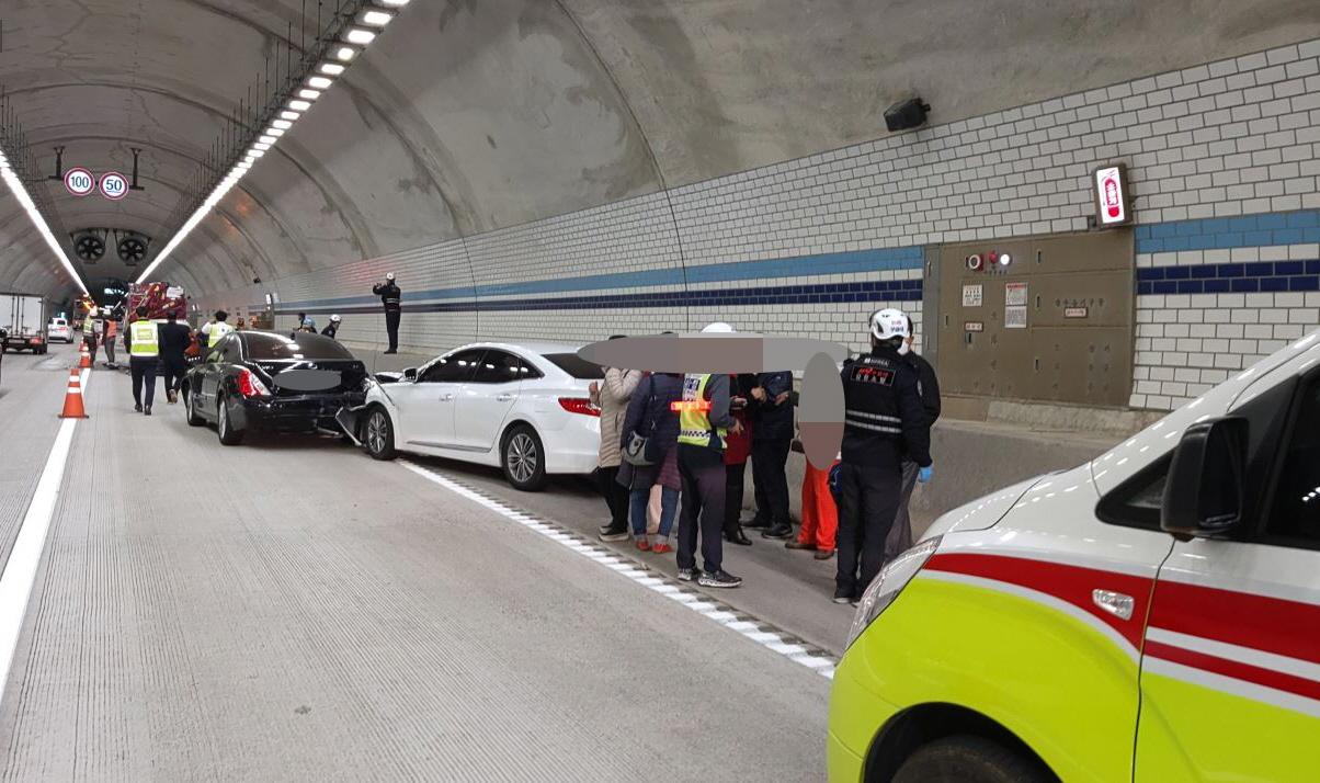 양양소방서 대원들이 27일 오전 11시10분께 강원 양양군 서면 용소리 서울양양고속도로 양양방향 서면6터널에서 6중 추돌사고가 발생한 현장을 수습하고 있다. 사진 강원도소방본부