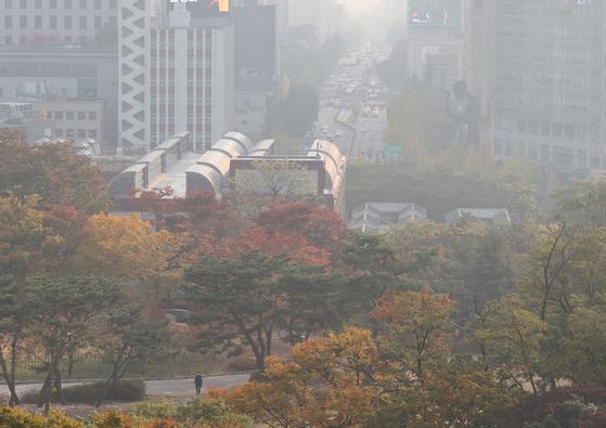 27일 오전 서울 시내가 뿌옇게 보이고 있다. 연합뉴스