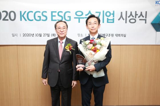 신진영 한국기업지배구조원 원장(왼쪽), 이용석 포스코인터내셔널 경영지원본부장. 사진 포스코인터내셔널