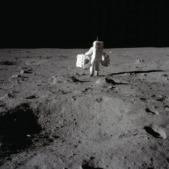 1969년 아폴로11호로 달 착륙에 성공한 버즈 올드린이 실험장비를 들고 달 표면을 걷고있다. 최근 달 표면에 물이 존재하고, 물을 이용할 수 있는 가능성이 크다는 연구결과가 나왔다. AP=연합뉴스