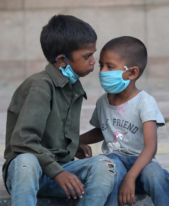 인도 아이들이 코로나로 인해 봉쇄된 도시에서 간식을 받기 위해 기다리고 있다. [EPA=연합뉴스]
