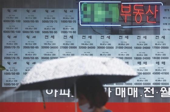 서울시 노원구의 한 공인중개사무소에 붙어있는 매물 안내문 대부분이 전·월세 매물로 채워져 있다. / 사진:연합뉴스