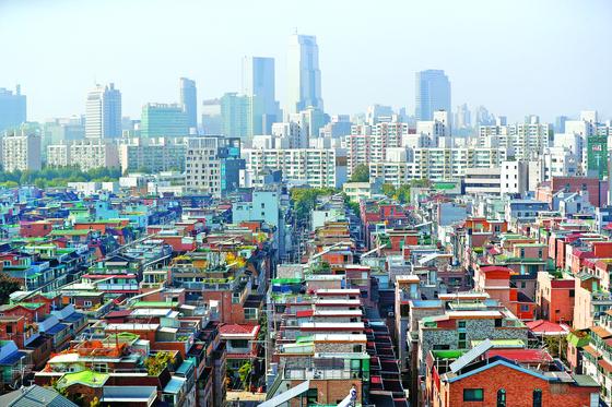 지난 19일 서울 송파구 빌라와 다세대 주택 밀집 지역 뒤로 아파트가 보이고 있다. 연합뉴스