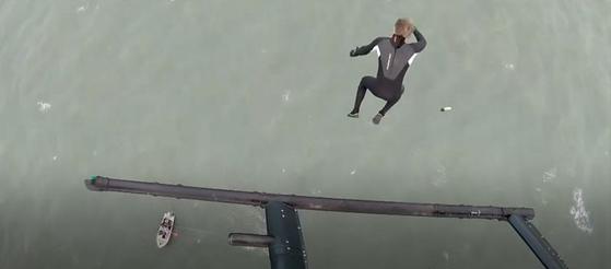 '플라잉 피시'라는 별명의 존 브림이 40m 상공 헬기에서 바다로 뛰어들고 있다. [BBC 캡처]