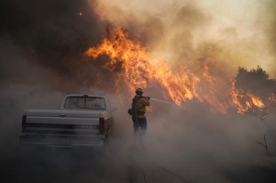26일(현지시간) 미국 캘리포니아주 오렌지카운티에서 산불이 확산하고 있다. AP=연합뉴스