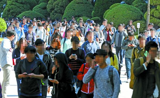 지난해 서울 강남구 대치동 단국대학교사범대학부속고등학교에서 열린 삼성직무적성검사(SSAT) 응시자들이 시험종료 후 고사장을 빠져나가고 있다. 중앙포토