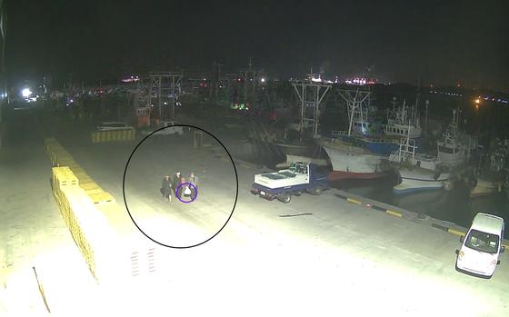 충남 보령 대천항에 정박된 선박에서 금품을 훔친 중국인 3명이 범행을 저지른 뒤 이동하는 모습. 보령해경은 이들을 특수절도 혐의로 구속했다. [사진 보령해경]