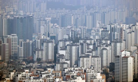 정부가 2030년까지 부동산 공시가격 현실화율을 90%로 맞추는 방안을 추진한다고 밝힌 27일 서울 시내 아파트 모습. 연합뉴스