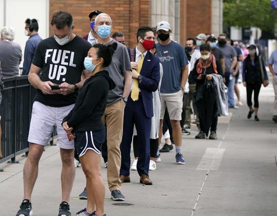 지난 15일 미국 텍사스주 댈러스에서 사전투표에 참여하기 위해 유권자들이 길게 줄을 섰다. [AP=연합뉴스]