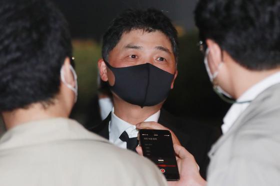 김범수 카카오 의장이 27일 오후 서울 강남구 삼성서울병원 장례식장에 마련된 고(故) 이건희 삼성 회장의 빈소를 조문한 뒤 나서며 취재진의 질문에 답하고 있다. 뉴스1