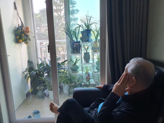 집에 돌아온 아버지는 어머니 산소에서 따온 감나무 가지를 걸어두고 말없이 오래 응시하셨다. [사진 푸르미]