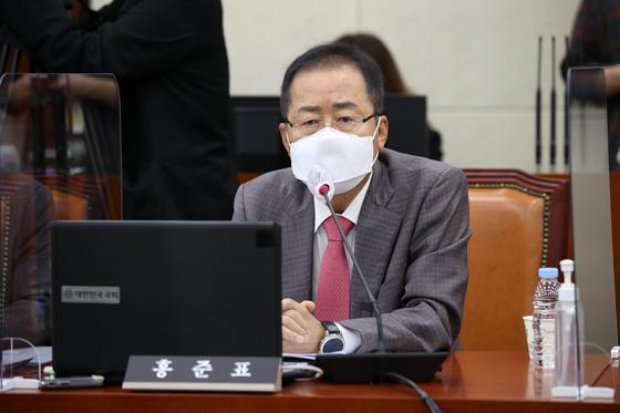 홍준표 무소속 의원이 지난 6일 오전 서울 여의도 국회에서 열린 국방위원회 전체회의에서 의사진행 발언을 하고 있다. 오종택 기자