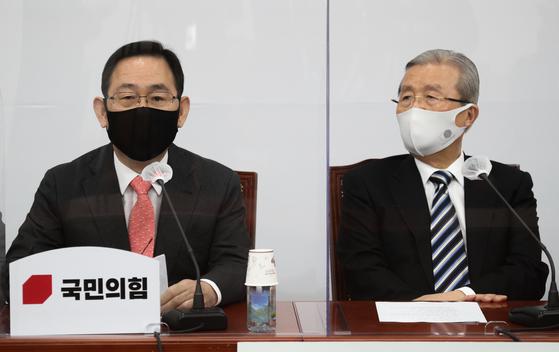 주호영 국민의힘 원내대표(왼쪽)과 김종인 비대위원장. 오종택 기자