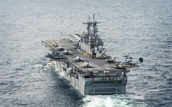 미국 해군의 강습상륙함인 와스프함(LHD 1) 갑판 위에 수직이착륙 스텔스 전투기인 F-35B 5대가 놓여 있다. 와스프함은 10대의 F-35B를 운용한다. 한국 해군도 이처럼 경항공모함으로 쓸 수 있는 다목적 대형수송함을 건조할 계획이다. [사진 미 해군]