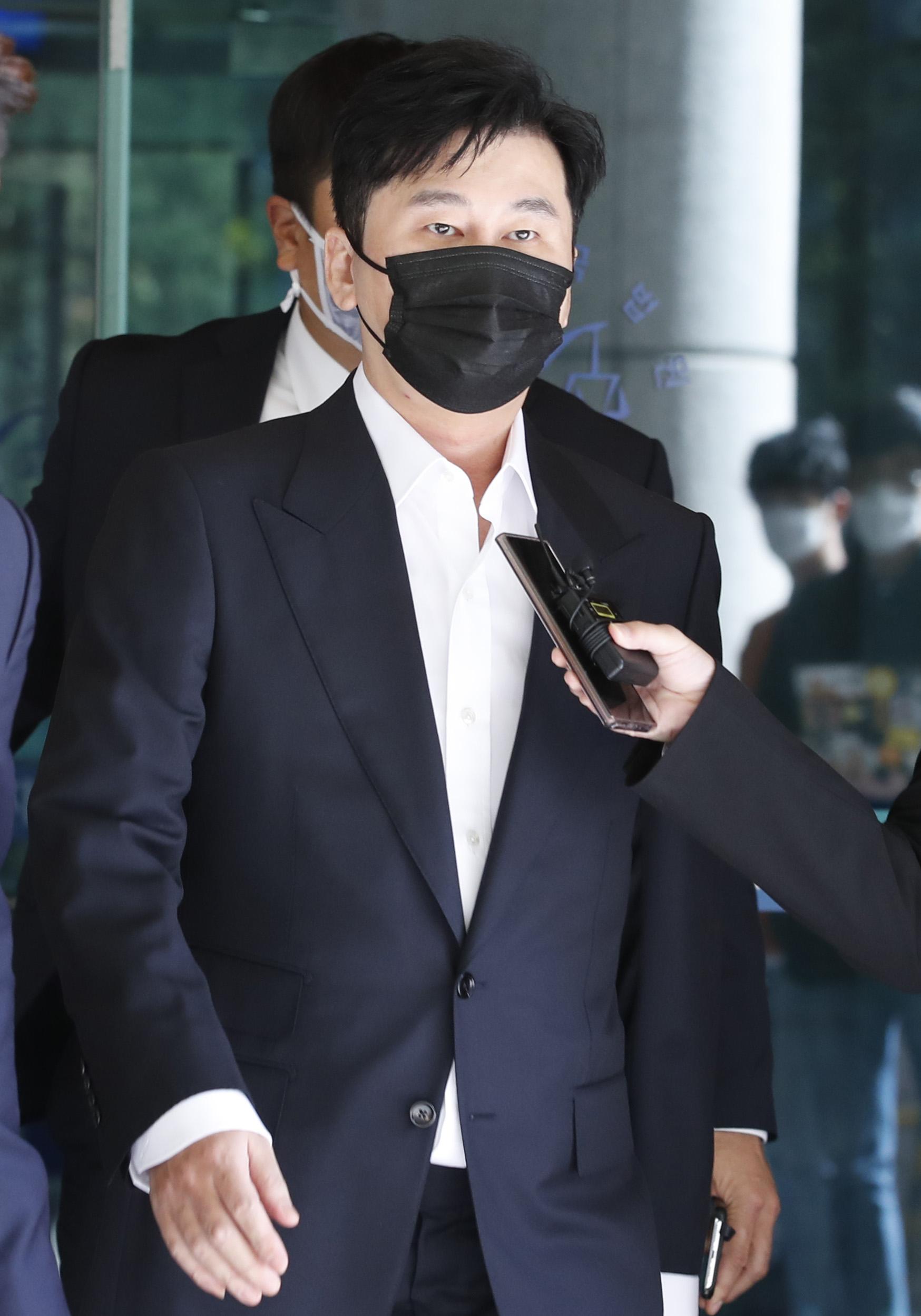 해외에서 수억원대 원정도박을 한 혐의를 받는 양현석 전 YG엔터테인먼트 대표가 28일 오후 서울 마포구 서울서부지방법원에서 열린 두번째 공판을 마치고 법원을 나서고 있다. 뉴스1