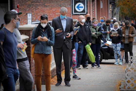 빌 드블라지오 미국 뉴욕시장이 지난 27일 사전투표를 하기 위해 일반 시민들과 함께 길게 줄을 섰다. [로이터=연합뉴스]