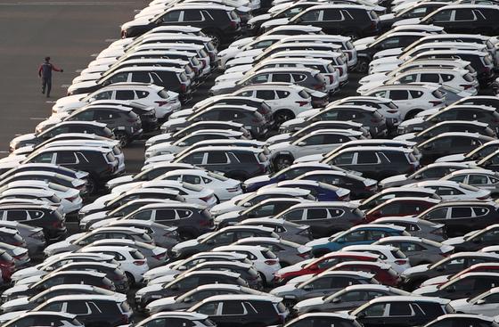 신종 코로나바이러스 감염증(코로나19) 팬데믹(전 세계 대유행)에 따른 수출 타격으로 지난 1분기와 2분기 연속 마이너스를 기록한 실질 국내총생산(GDP) 성장률이 3분기 1.9% 반등했다. 27일 오후 현대자동차 울산공장 수출 선적부두 옆 야적장에 완성차들이 대기하고 있다. 뉴스1
