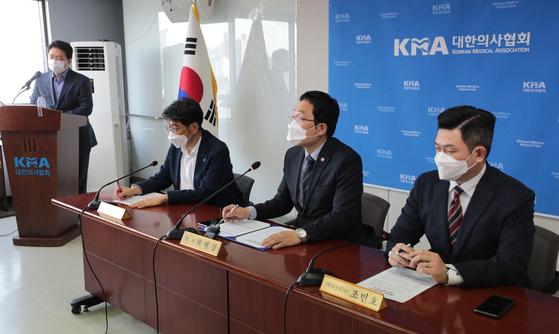 최대집 의협회장이 22일 오후 서울 용산구 대한의사협회 용산임시회관에서 열린 '독감예방접종 사망사고 관련 긴급 기자회견'에서 발언하고 있다. 뉴스1
