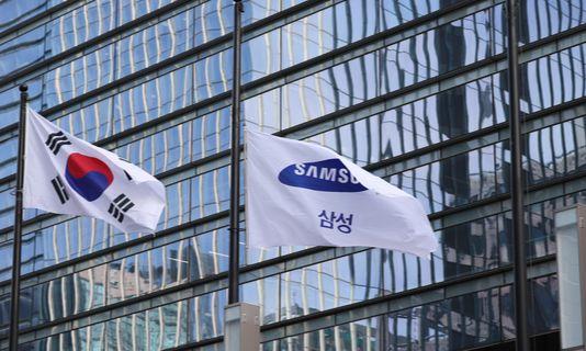 고 이건희 삼성 회장의 발인이 진행된 28일, 조기가 걸린 서울 서초동 삼성사옥. [사진공동취재단]