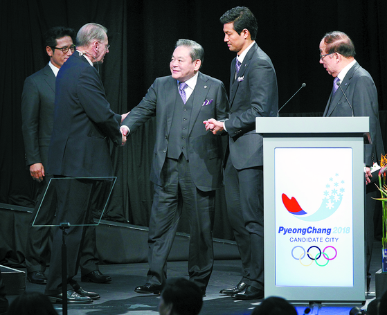 2011년 7월 6일 남아공 더반에서 열린 국제올림픽위원회(IOC) 총회에 참석한 이건희 삼성회장이 평창 유치위 프리젠테이션이 끝난 뒤 자크로게 IOC위원장과 악수를 하고 있다. 연합뉴스