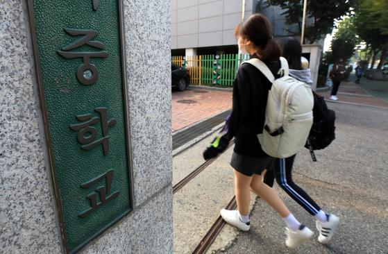사회적 거리두기 1단계 하향 조정에 따라 정부가 각급학교의 등교 인원 제한 기준을 완화한 19일 오전 서울 영등포구 양화중학교에서 학생들이 등교하고 있다. 뉴스1
