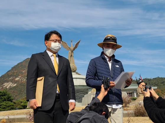 북한에 피격당한 공무원의 형 이래진(오른쪽)씨가 청와대에 정보공개를 청구하는 내용의 기자회견을 하고 있다. 권혜림 기자