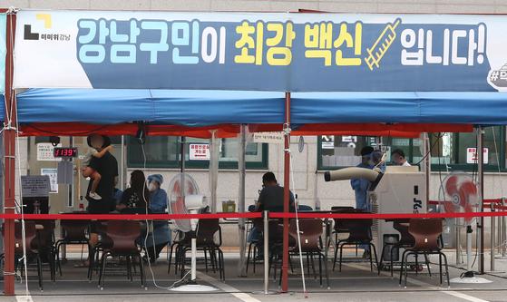 지난달 16일 서울 강남구보건소에서 시민들이 코로나19 진단 검사를 받고 있다. 뉴스1