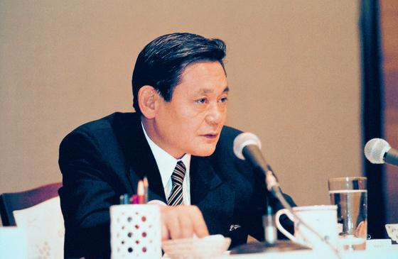이건희 삼성전자 회장이 1993년 6월 7일 독일 프랑크푸르트 켐핀스키호텔에서 삼성 임원진들에게 '신경영' 구상을 밝히고 있다. 사진 삼성전자
