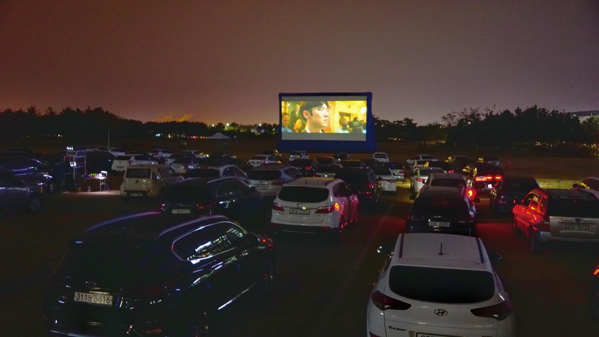지난 27일 인천공항공사 인근 임시주차장에서 개최된 '함께해서 더 가치 있는 2020 인천공항 인권영화제'에서 약 400여 명의 인천공항 상주직원들이 영화를 관람하고 있다. 사진 인천국제공항공사 제공.