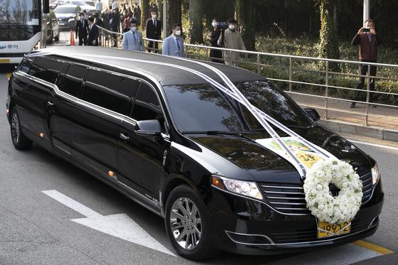 28일 고(故) 이건희 삼성그룹 회장 발인식이 열린 서울 강남구 삼성서울병원 장례식장을 빠져나오는 운구차량. [중앙포토]