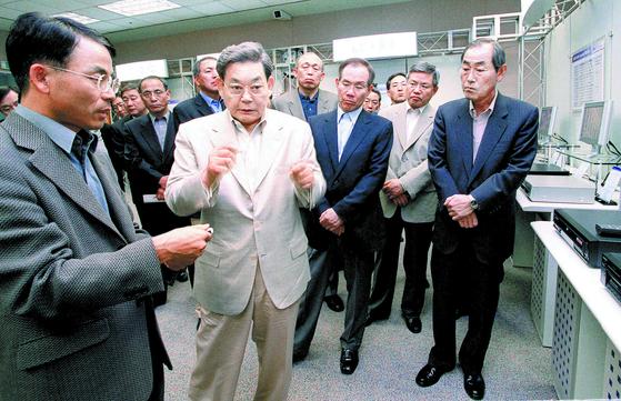 이건희 삼성 회장(앞줄 왼쪽 둘째)이 2002년 삼성 본사에서 열린 '디지털 신제품 전시회'에서 진대제 당시 삼성전자 사장(왼쪽 첫째)으로부터 제품에 대한 설명을 듣고 있다. 이 사내 전시회를 통해 경쟁사의 첨단 전자제품을 현장에서 접하도록 하면서 기술 개발의 중요성을 강조했다. [중앙포토]