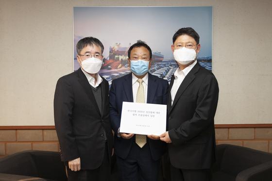 문승 한국GM 협신회 회장(가운데)과 협력업체 대표들이 입장문을 들어보이고 있다. 사진 한국GM 협신회