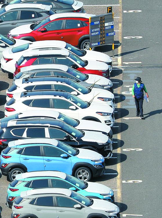한국은행은 3분기 실질 국내총생산(GDP) 성장률이 전 분기 대비 1.9% 반등했다고 발표했다. 이날 현대자동차 울산공장 수출 선적부두 야적장에 완성 차량이 대기하고 있다. [연합뉴스]