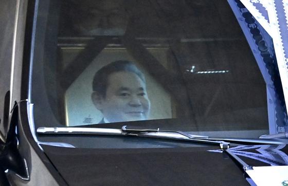 고 이건희 삼성 회장의 운구차량이 28일 오후 경기도 수원시 소재 선영으로 향하고 있다. [뉴스1]