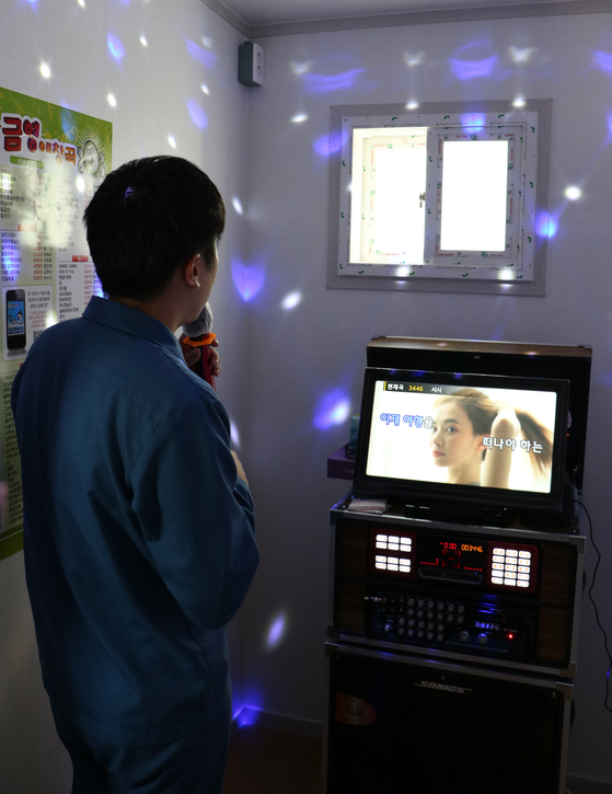전주교도소 치유실에서 노래 부르는 수용자. 전주교도소 제공=연합뉴스