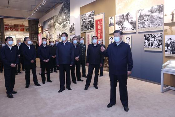 시진핑 (오른쪽) 중국 국가 주석이 20 일 베이징 중국 인민 혁명 군사 박물관에서 개막 한 한국 전쟁 참전 70 주년 전시회에 참가했다.[신화=연합뉴스]