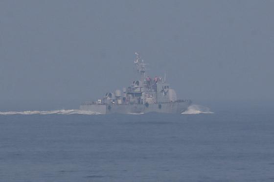 지난 19일 오후 인천 옹진군 소연평도 해상에서 해군 함정이 실종 공무원 수색 작전을 펼치고 있다. [국회사진기자단]