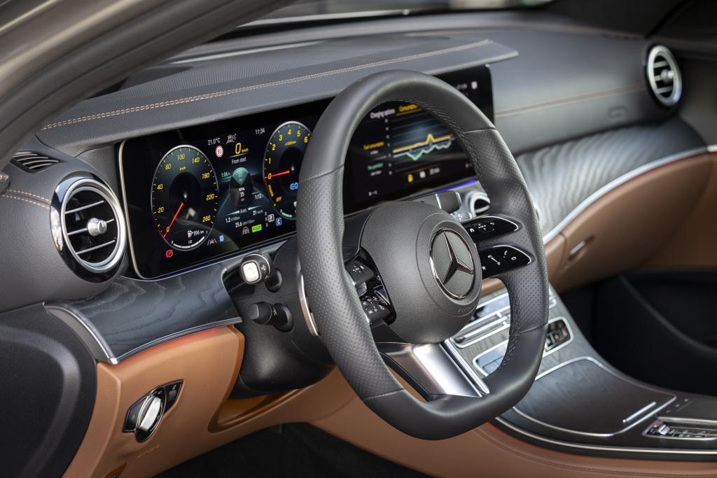 뉴 E클래스에 적용된 신형 스티어링휠. AMG라인에 적용되는 것으로 2단으로 나뉘어 모든 자동차 기능을 스티어링휠에서 손을 떼지 않고 작동할 수 있다. 약간 복잡해 적응하는데 시간이 걸린다. 사진 메르세데스-벤츠