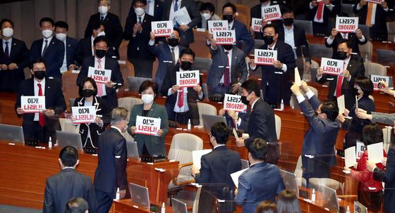 그들만의 잔치에 눈물 쏟을뻔 文연설에 혹평 쏟아낸 야권