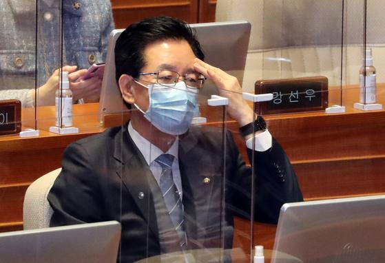 정부로부터 체포동의안이 제출된 정정순 더불어민주당 의원이 28일 국회 본회의에 출석해 자리에 앉아 있다. 연합뉴스